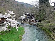 大沢温泉を橋から見たところ