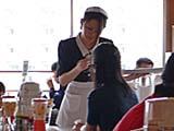 メイド風衣装のウェイトレスさん