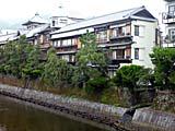 K's Hostel伊東温泉を裏から眺めたところ