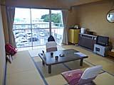 温泉民宿川栄の部屋 裏にスーパーがある。