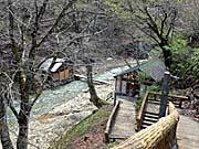 夏油温泉:露天温泉。崖下にある