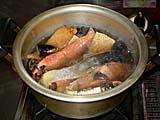 鮭と油揚げと野菜を煮込む。せんべい投入前