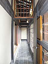 離れの部屋の廊下。春や秋は景色もよい