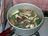 寄せ鍋醤油の素でマイタケとネギを煮込む