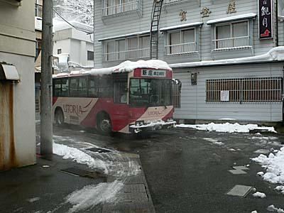 肘折温泉 温泉街を走り抜けるバス