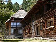 微温湯温泉二階堂明治初期の茅葺き屋根の建物