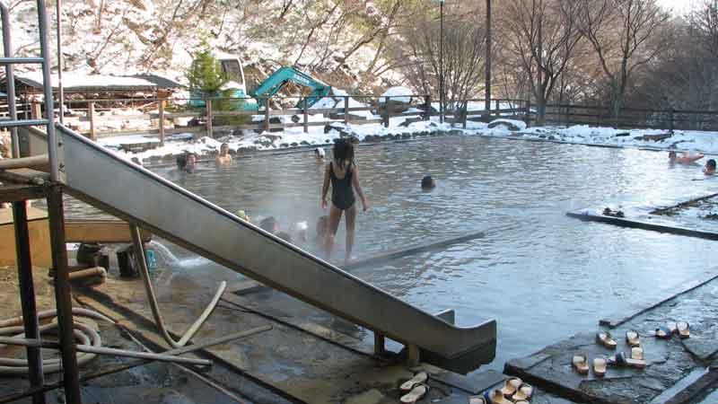 北温泉の巨大プール風呂