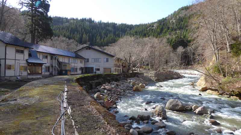 沢側から見た銭川温泉
