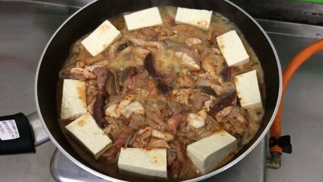 秋田鹿角の焼肉ホルモン幸楽のホルモン鍋のホルモンを煮込む