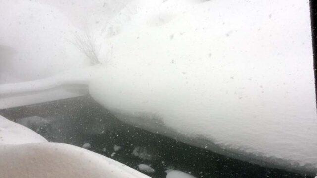 後生掛温泉の窓の外の雪